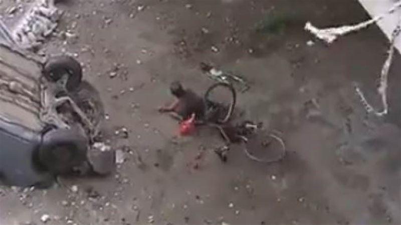 Велосипедист рухнул с моста, засмотревшись на жуткое ДТП