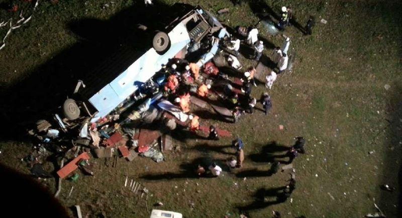 В КНДР более 30 человек погибли при падении с моста туристического автобуса
