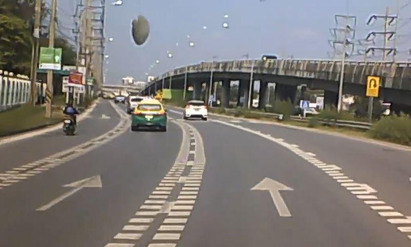 Падение «НЛО» на автодорогу в Таиланде попало на видео