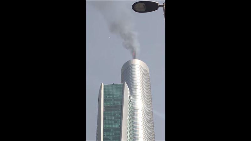 В Дубае очевидцы сняли на видео загоревшийся небоскреб
