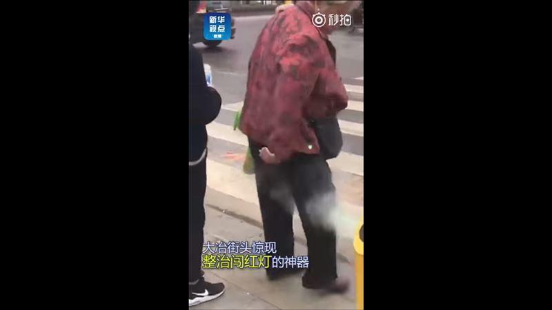Китайских нарушителей обливают водой за переход на красный свет
