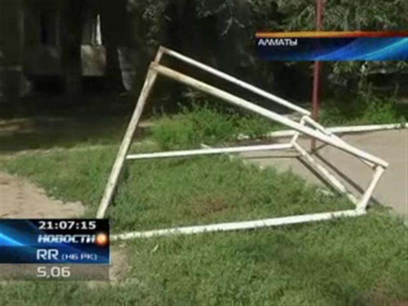 В Алматы во дворе дома ребенка насмерть придавило футбольными воротами