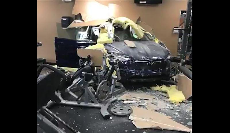 Автомобиль Tesla врезался в здание фитнес-клуба