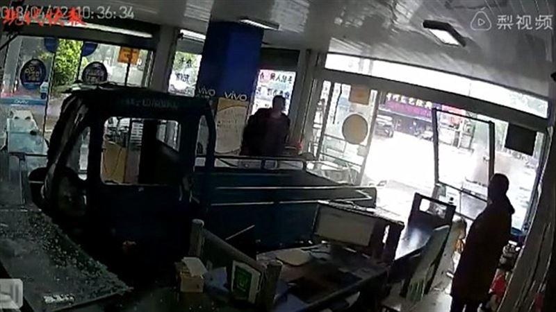 Собака угнала машину хозяина и въехала в магазин