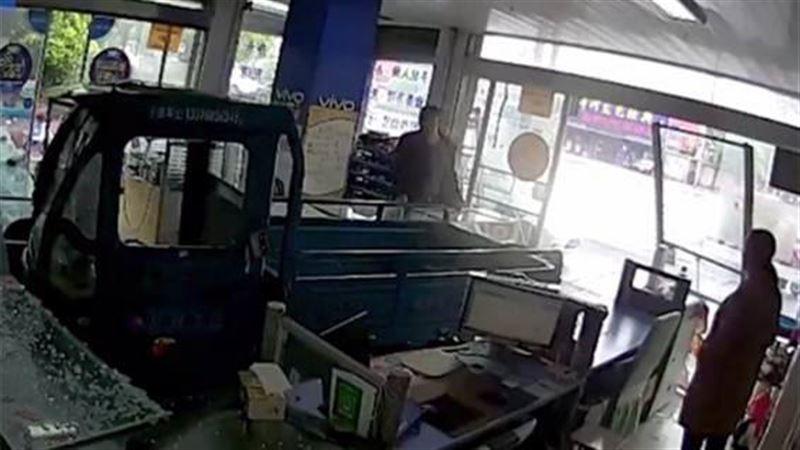 ВИДЕО: Көлік жүргізген ит дүкенге кіріп кетті