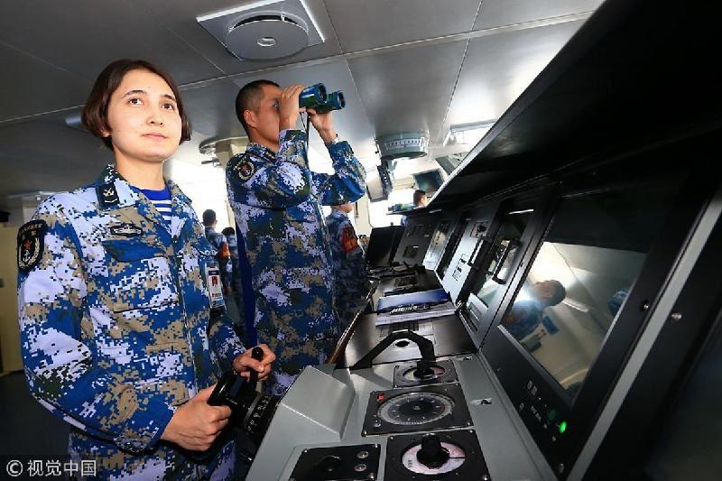 ФОТО: Қытайдағы ең алып әскери кемені қазақ қызы жүргізген