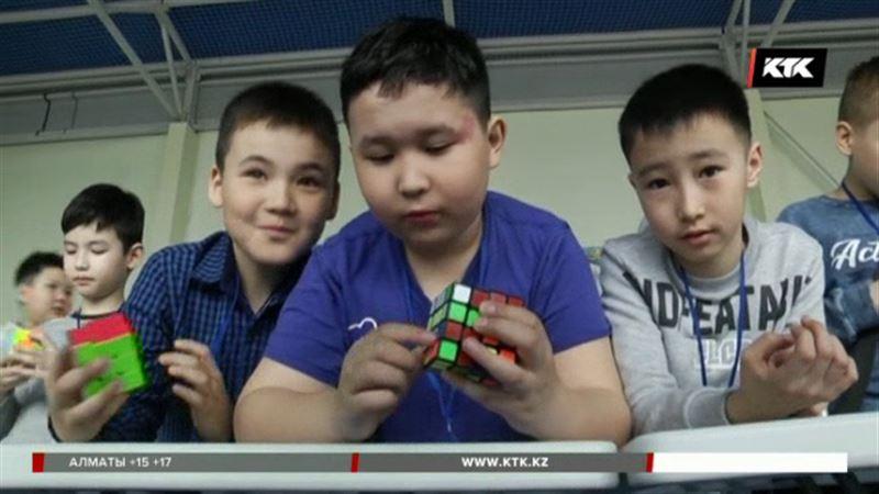 350 человек попытались собрать кубик Рубика в Семее