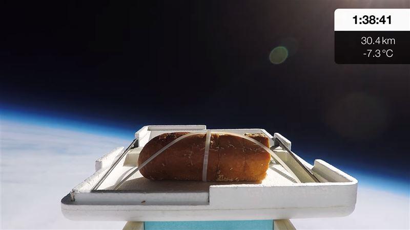 Блогер решил проверить, изменится ли вкус хлеба, побывавшего в космосе
