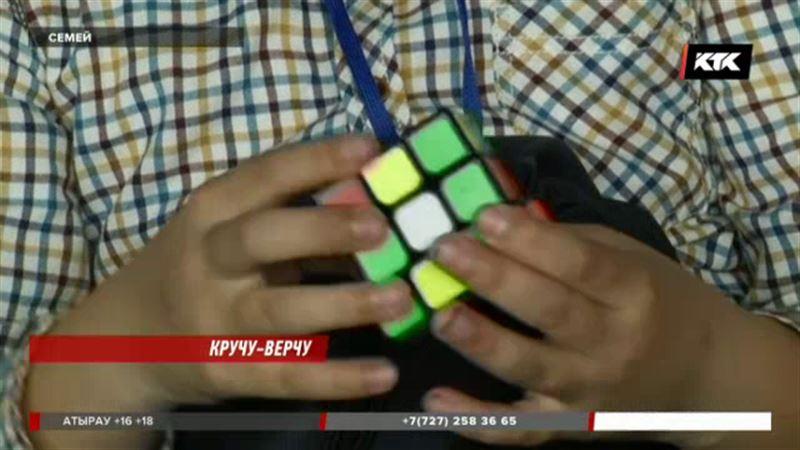 За 12 секунд собирает кубик Рубика подросток из Семея