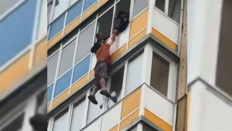 ШОК (18+): Прыжок с балкона убегавшего от полицейских россиянина сняли на видео