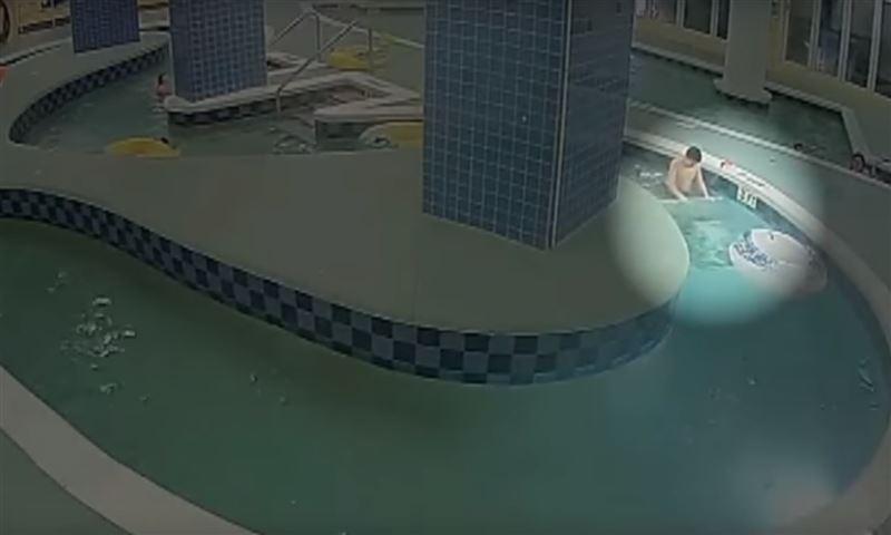 Полицейский спас мальчика, который провел под водой почти десять минут