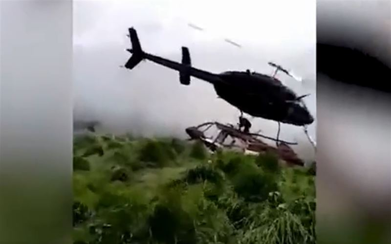 ШОК (18+): Лопасти вертолета разрубили мужчину, который показывал место приземления