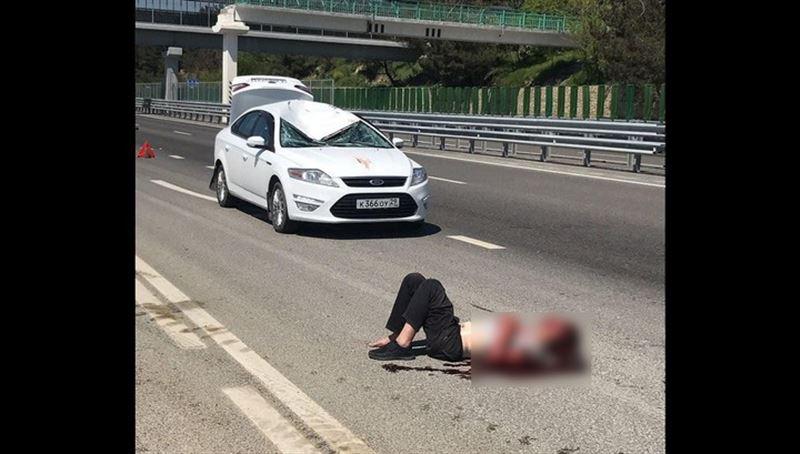 Мужчина сорвался с моста и рухнул на автомобиль