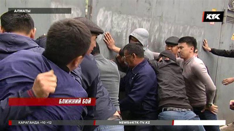 С лопатами и болгарками борются за бизнес в Алматы