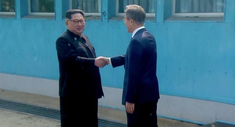 Лидеры КНДР и Южной Кореи впервые встретились и обменялись историческим рукопожатием
