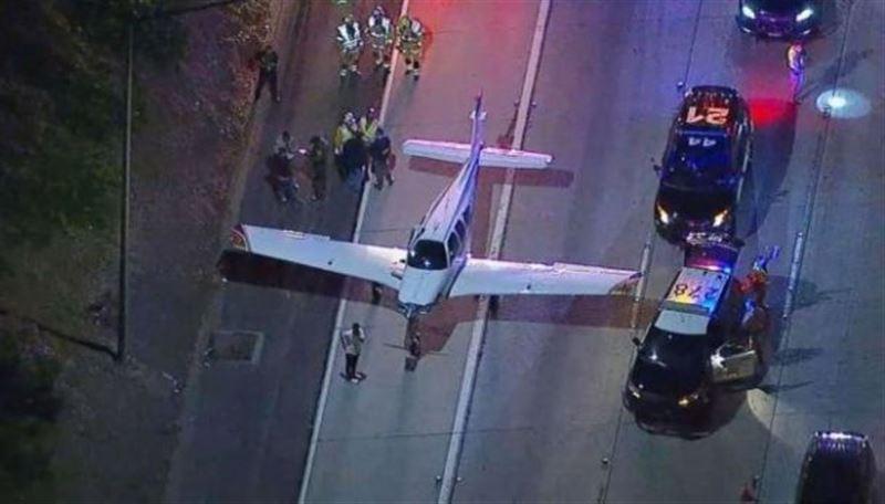 Пассажирский самолет приземлился на проезжую часть