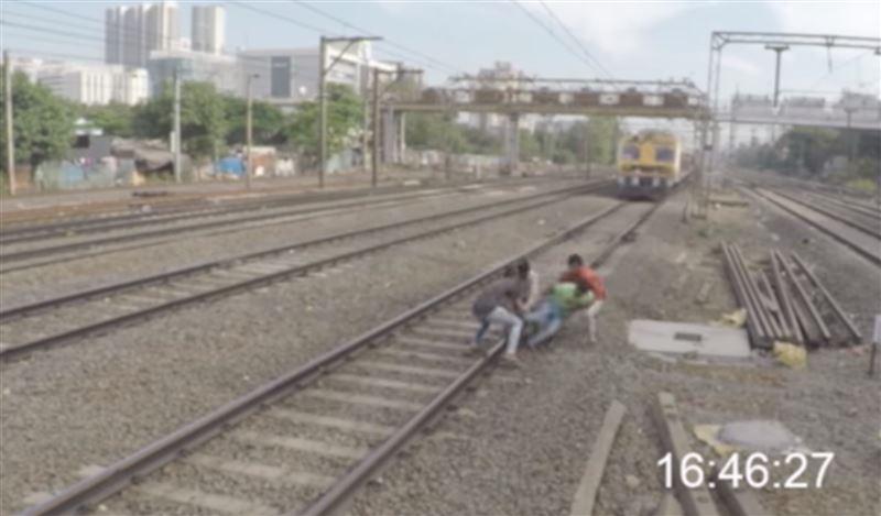Парень едва не угодил под колеса поезда, но его спасли друзья