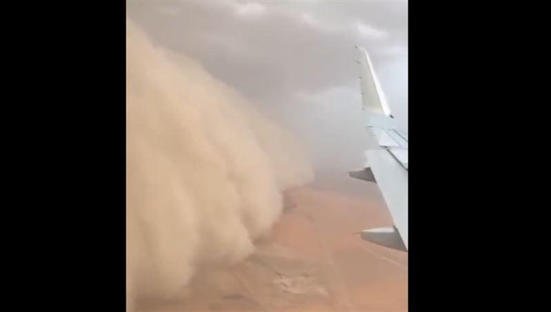 ВИДЕО: Самолет «сбежал» от песчаной бури в Кувейте