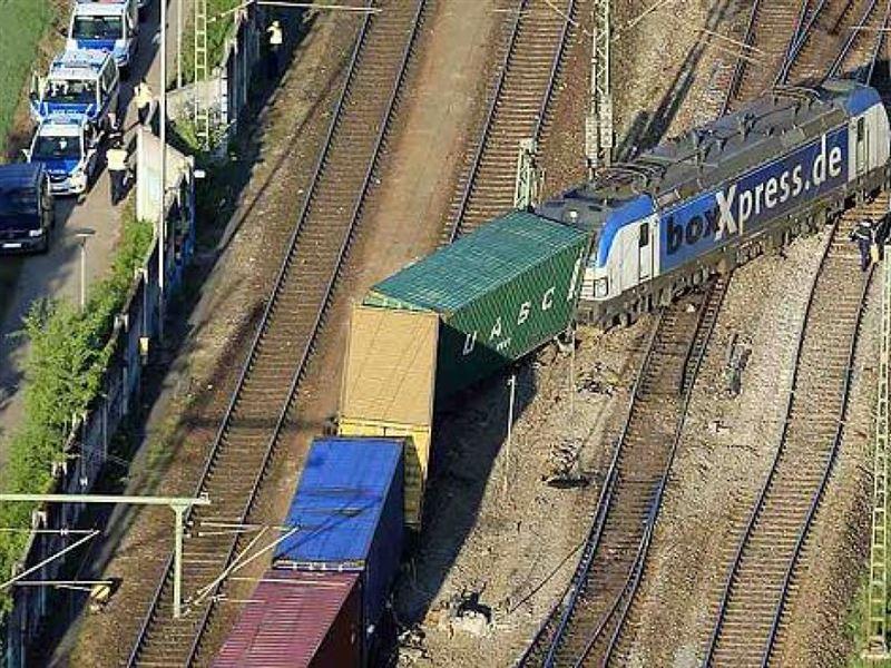 Локомотив и два вагона поезда сошли с рельсов в Мюнхене