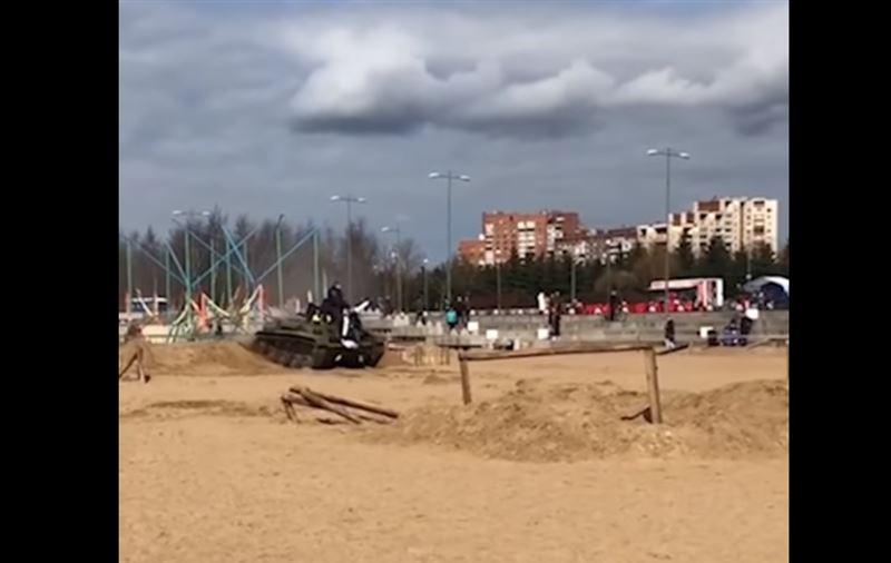 Танк, наехавший на людей в Петербурге, попал на видео