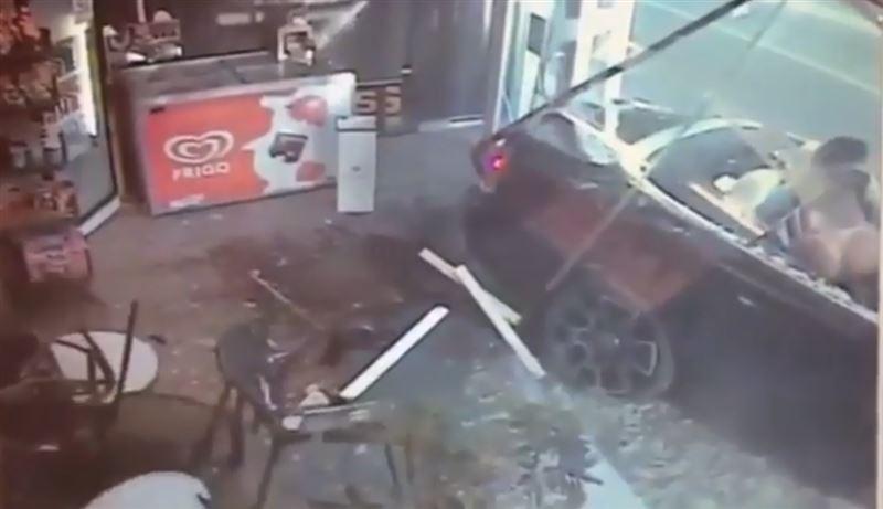 «Rolls-Royce» с двумя девушками в бикини врезался в табачную лавку