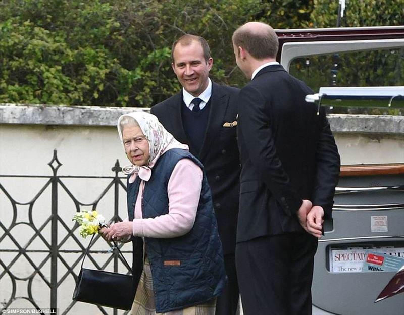 Королева Елизавета II впервые увидела новорожденного правнука