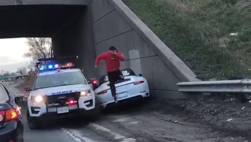 Мужчина не сумел протаранить полицейское авто и сбежал, оставив угнанный Porsche