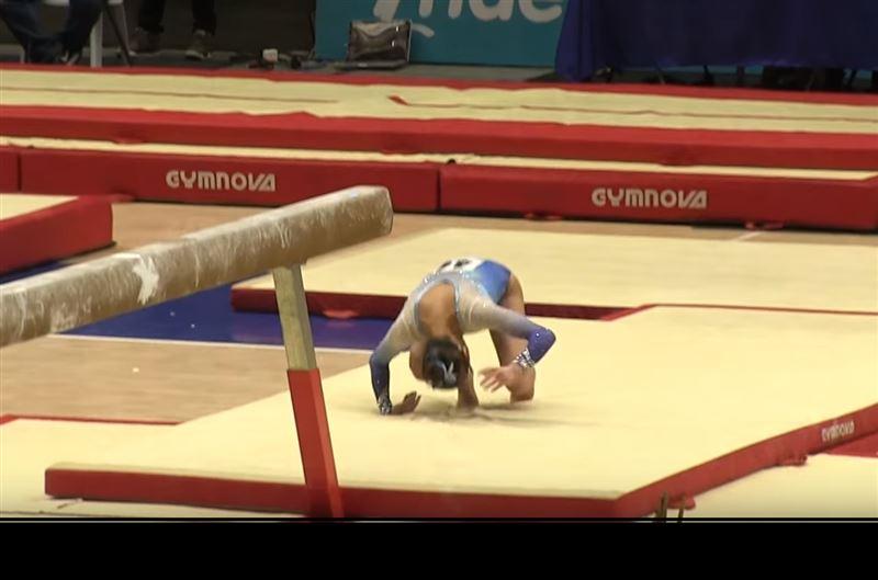 16-летняя гимнастка приземлилась на макушку, прыгая с бревна