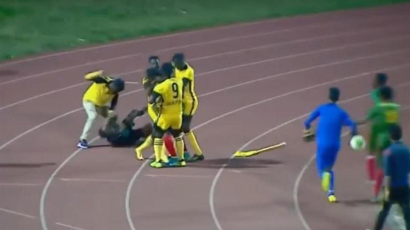 ВИДЕО: Футболисты вместе с тренером избили судью во время матча