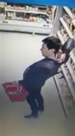 ВИДЕО: Дүкенде ерекше әдіспен шұжық ұрлағандар бейнебақылау камерасына түсіп қалды