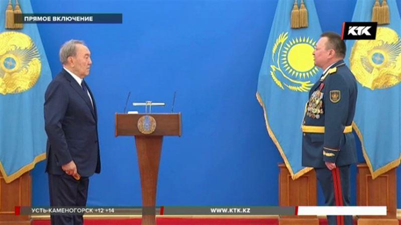 Нурсултан Назарбаев награждал защитников Отечества