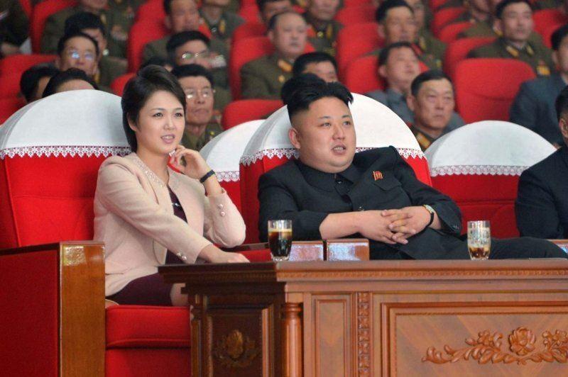 ВИДЕО: Ким Чен Ын жұбайын фотоға түсіруге рұқсат бермеді