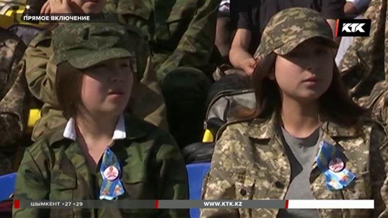 На параде в Уральске школьники один за другим стали падать в обморок