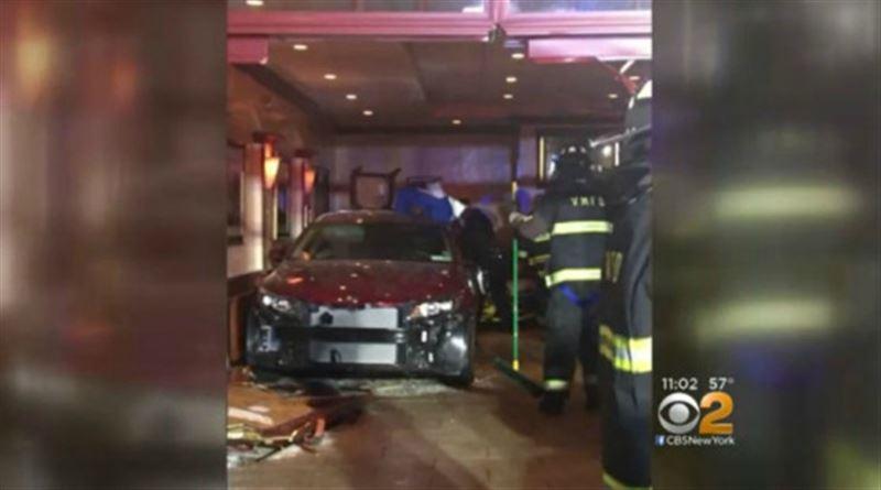 В Нью-Йорке машина протаранила ресторан, есть пострадавшие