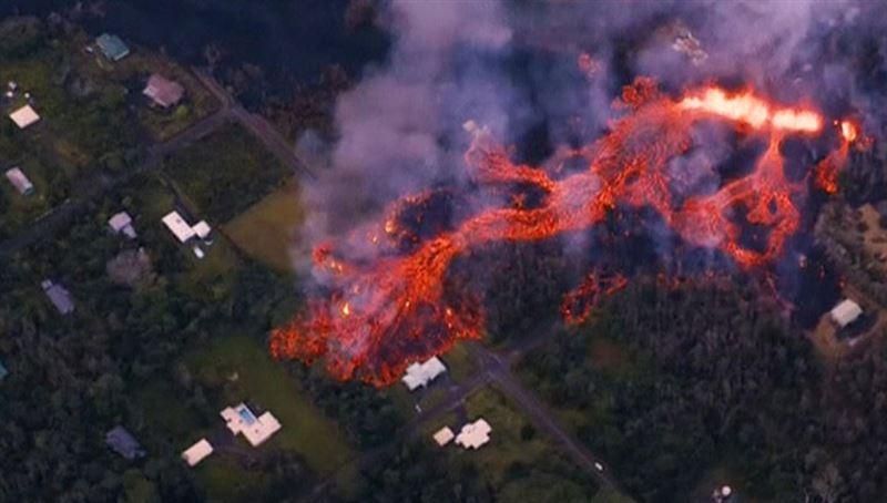 Раскаленная лава извергающегося вулкана уничтожила 30 домов на Гавайях