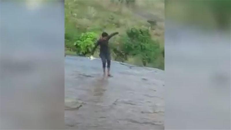 В Индии турист сорвался вниз, делая селфи на краю водопада