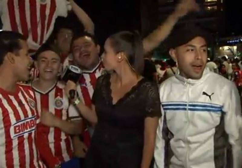 ВИДЕО: Журналист тікелей эфирде футбол жанкүйерін микрофонмен ұрды