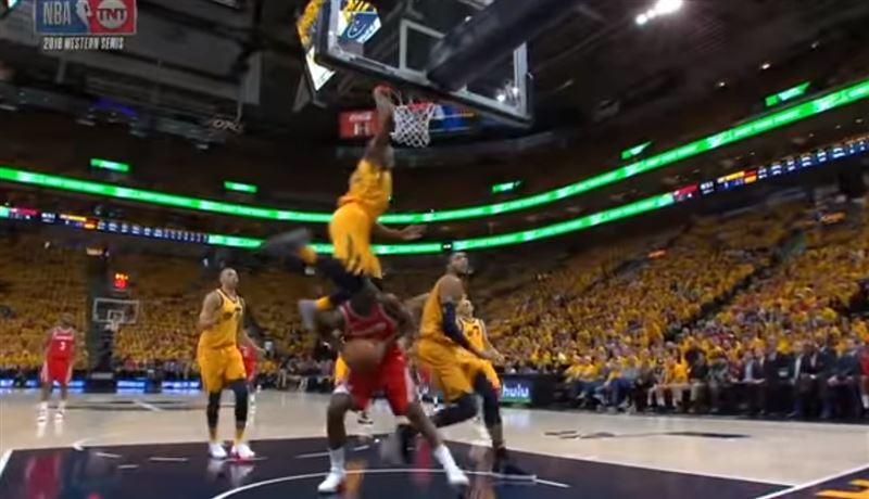 Баскетболист во время мачта перепрыгнул через двухметрового соперника