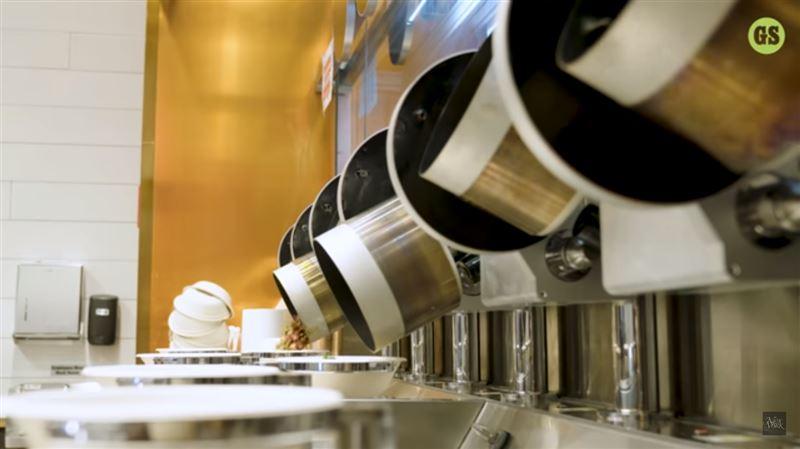 Первый в мире полностью роботизированный ресторан встретил первых гостей