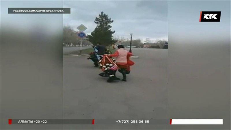 Корзины с цветами, возложенные к монументу в Акмолинской области, забрали через пару часов