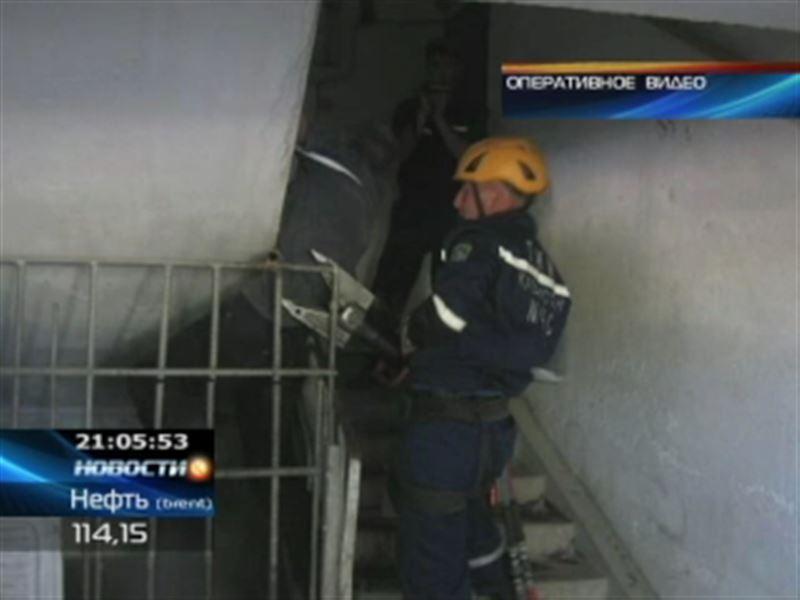 В Шымкенте спасатели освободили мужчину и корову