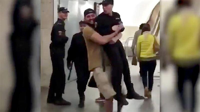 В московском метро мужчина утащил одного из полицейских