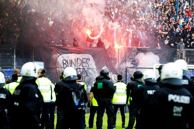 Фанаты забросали поле «Гамбурга» факелами после вылета из Бундеслиги