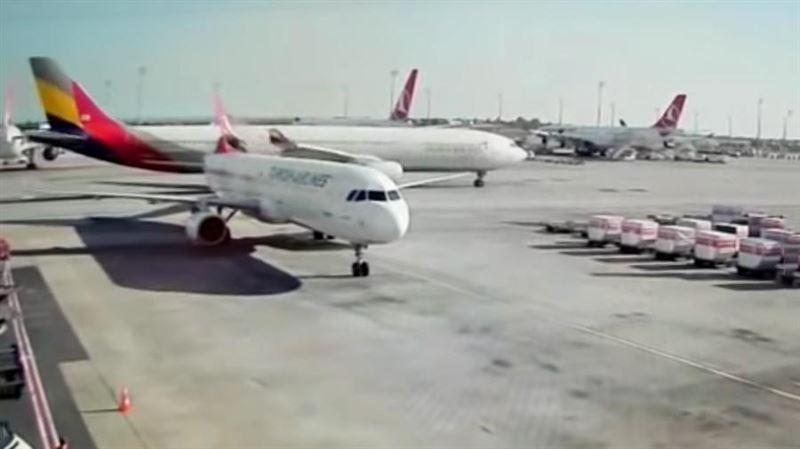 Два пассажирских самолета столкнулись в аэропорту Стамбула