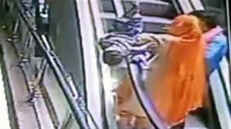 ВИДЕО: Селфи түсірмекші болған әйел баласын эскалатордан құлатып алды