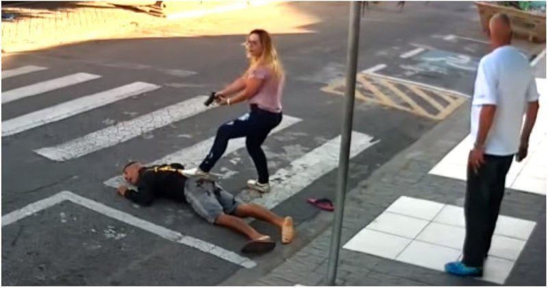 ВИДЕО: Полицейлік әйел қарулы тонаушыны ілезде атып өлтірді