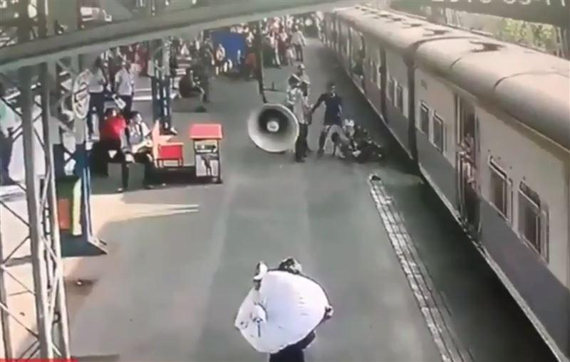 Военный спас пятилетнюю девочку, едва не угодившую под поезд
