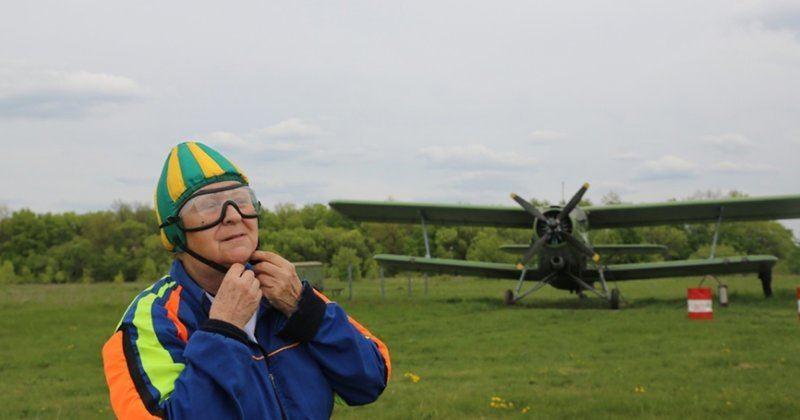 ВИДЕО: Ресейлік 80 жастағы кемпір парашютпен секірді