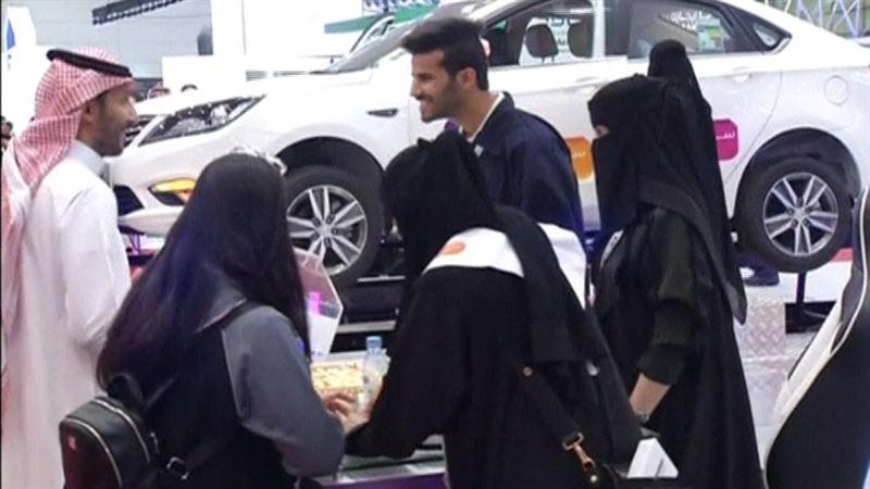 ВИДЕО: Көлік жүргізуге рұқсат алған Сауд Арабия әйелдері автокөрмеге келді
