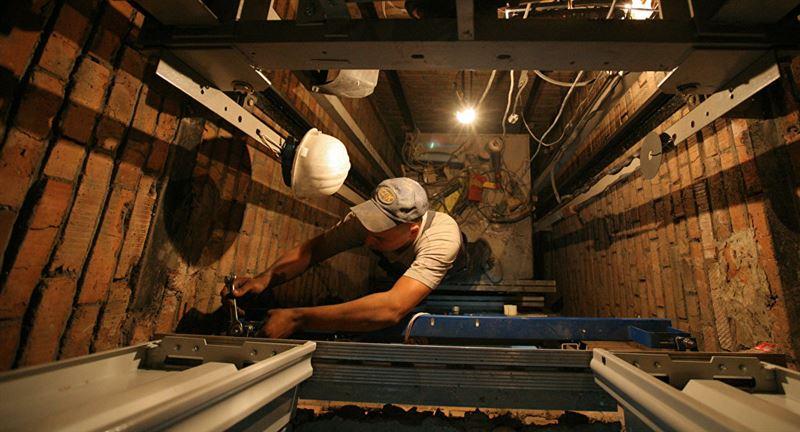 ВИДЕО: Оралда жатақхана лифтінен өрт шығып, 50 адам эвакуацияланды